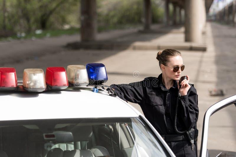 αστυνομικίνα που μιλά από το ραδιο σύνολο στοκ εικόνες με δικαίωμα ελεύθερης χρήσης