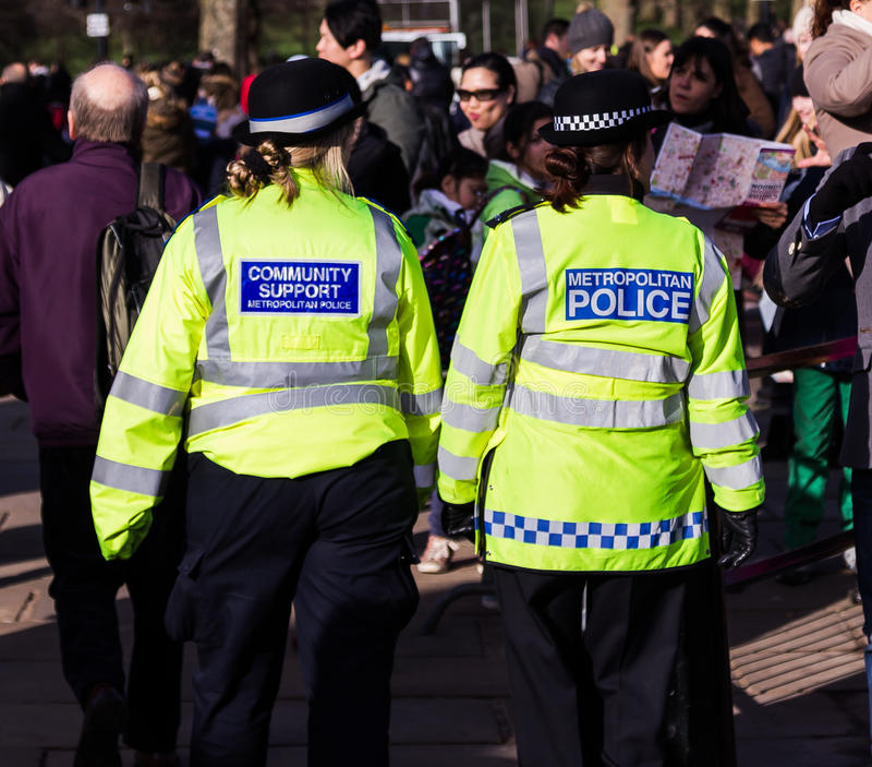 Αστυνομικοί στις οδούς του Λονδίνου στοκ εικόνα με δικαίωμα ελεύθερης χρήσης
