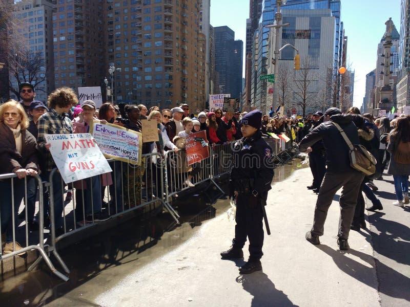 Αστυνομικός, έλεγχος πλήθους, Μάρτιος για τις ζωές μας, NYC, Νέα Υόρκη, ΗΠΑ στοκ εικόνα
