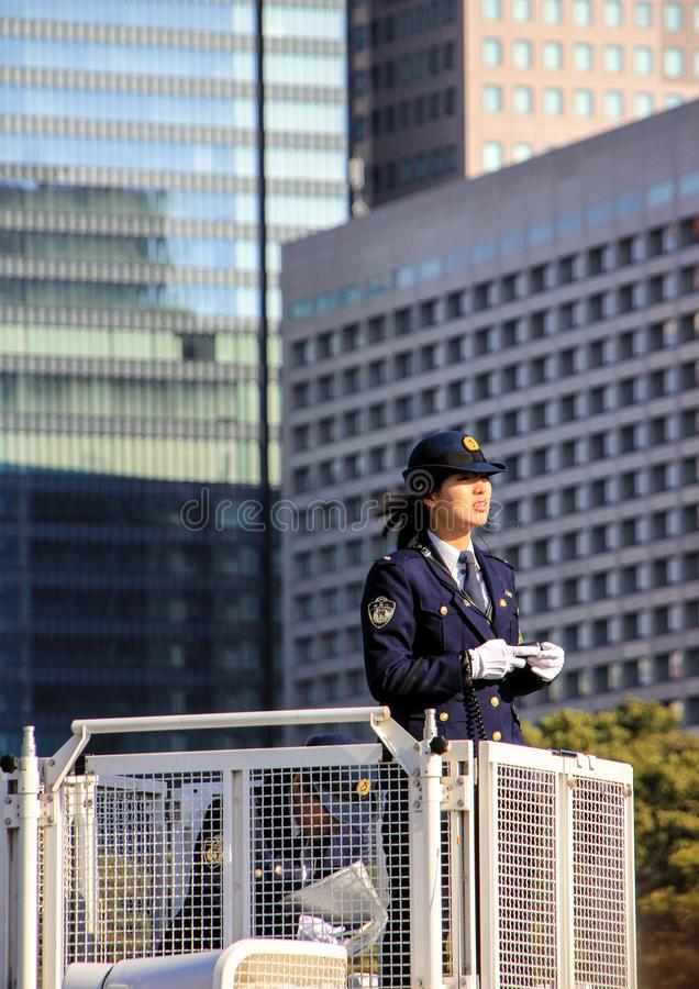 Αστυνομικός γυναικών που στέκεται στον πύργο και που κρατά μια διαταγή στοκ εικόνα