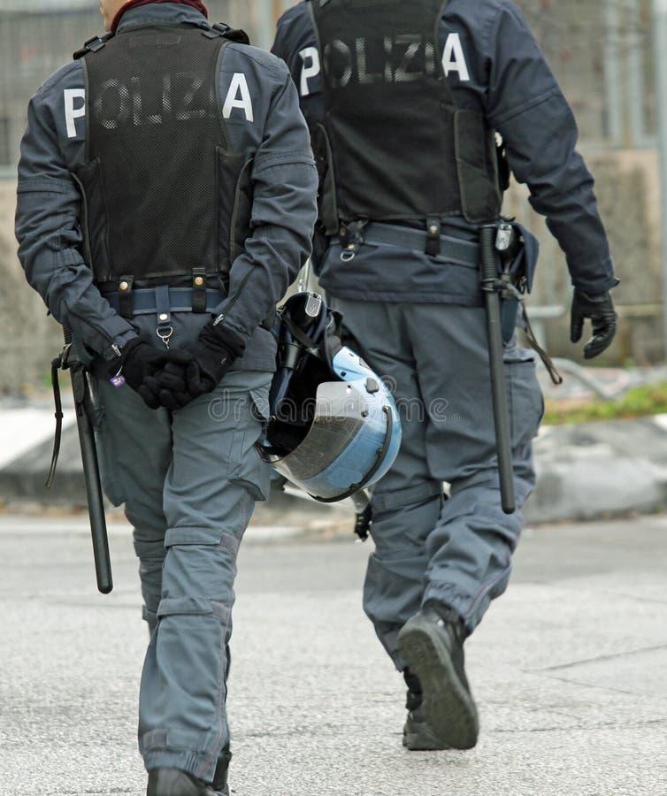 Αστυνομικός κατά τη διάρκεια των περιπόλων στην πόλη στοκ εικόνες
