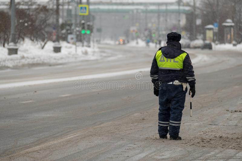 Αστυνομικός κυκλοφορίας στο καθήκον στο χειμώνα στοκ φωτογραφίες με δικαίωμα ελεύθερης χρήσης