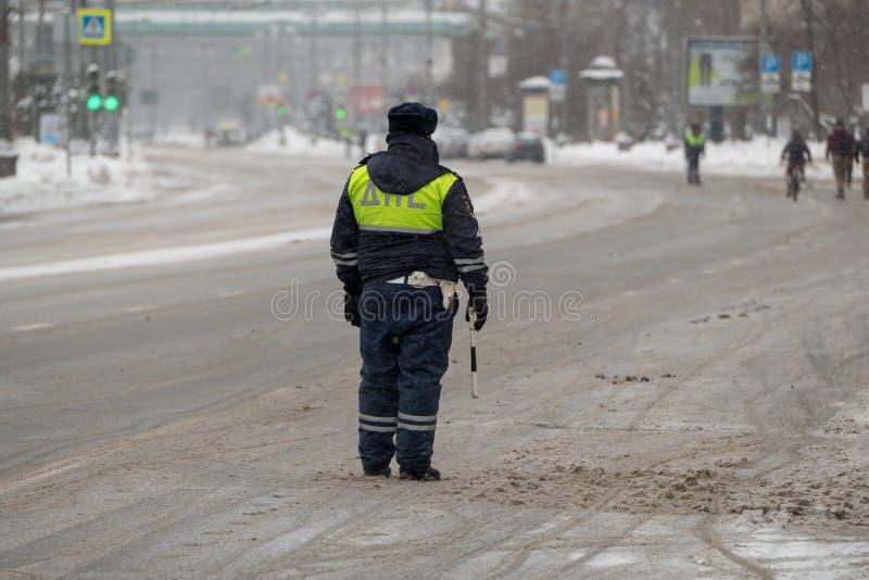 Αστυνομικός κυκλοφορίας στο καθήκον στο χειμώνα στοκ φωτογραφία με δικαίωμα ελεύθερης χρήσης