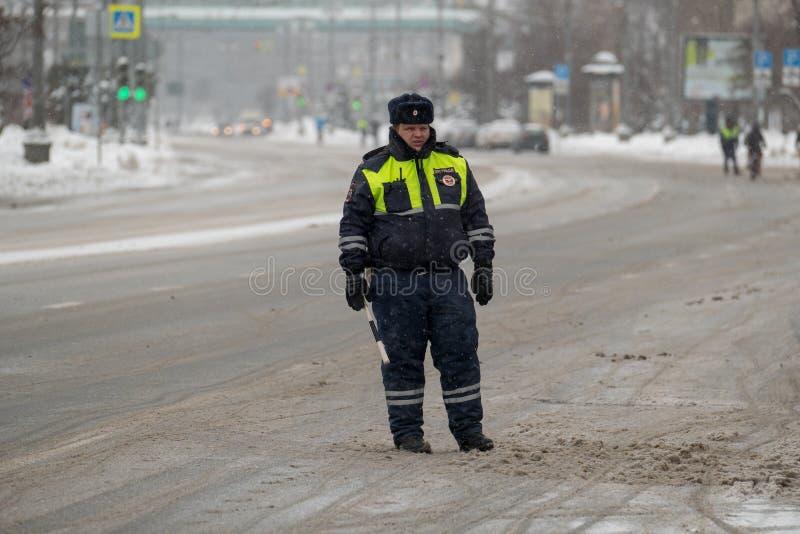 Αστυνομικός κυκλοφορίας στο καθήκον στο χειμώνα στοκ εικόνες