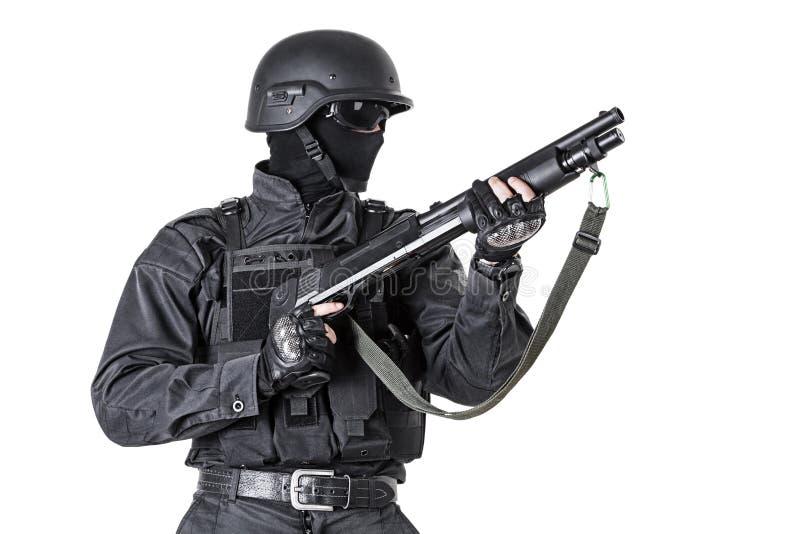 Αστυνομικός με το κυνηγετικό όπλο στοκ φωτογραφία
