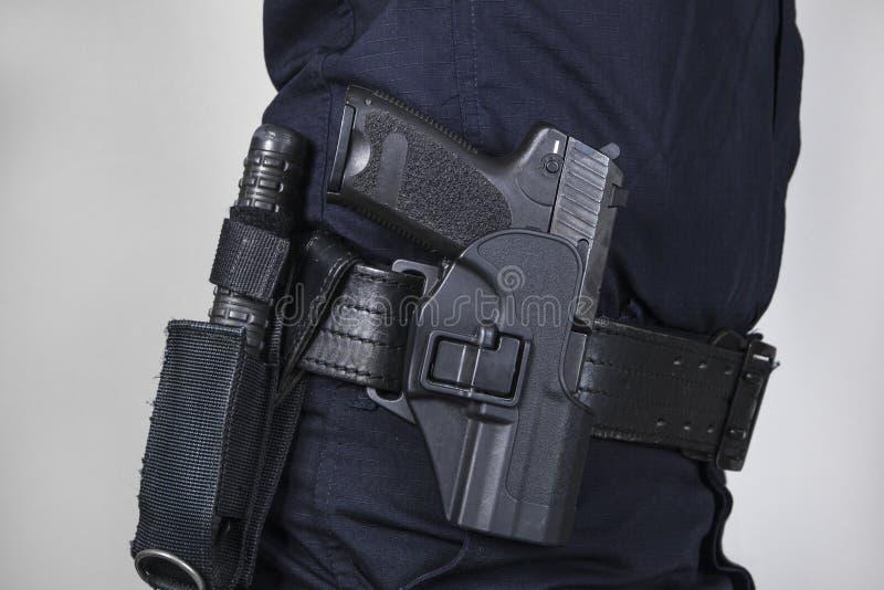 Αστυνομικός με το πυροβόλο όπλο στοκ εικόνα