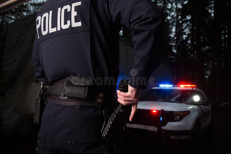 Αστυνομικός που αρπάζει το πυροβόλο όπλο του στοκ εικόνες με δικαίωμα ελεύθερης χρήσης