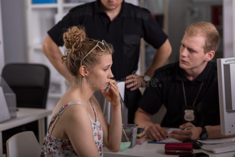 Αστυνομικός που εξετάζει τη γυναίκα στοκ φωτογραφία με δικαίωμα ελεύθερης χρήσης