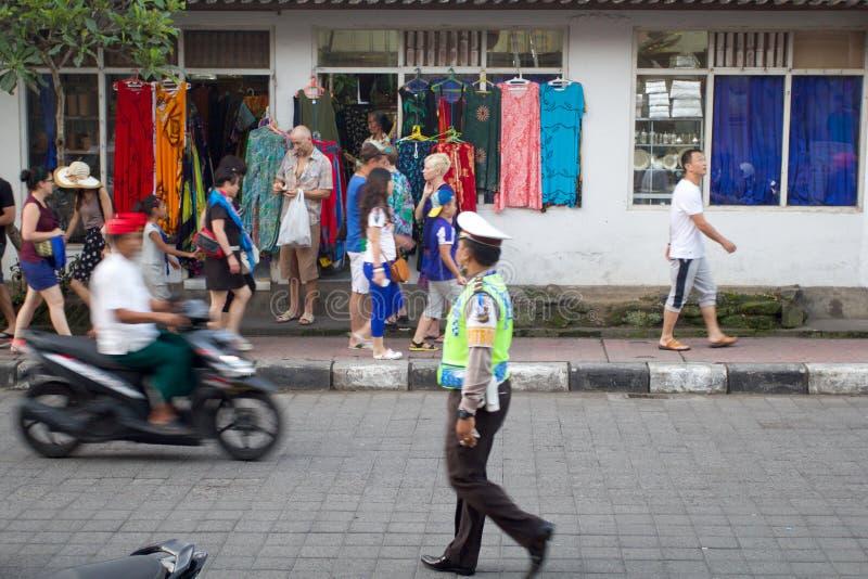 Αστυνομικός που περπατά για να κάνει την περίπολο στοκ εικόνες με δικαίωμα ελεύθερης χρήσης