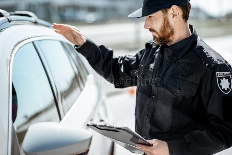 Αστυνομικός που χτυπά στο παράθυρο αυτοκινήτων στοκ φωτογραφία με δικαίωμα ελεύθερης χρήσης