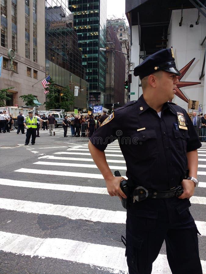 Αστυνομικός σε μια συνάθροιση αντι-ατού, NYC, Νέα Υόρκη, ΗΠΑ στοκ εικόνες