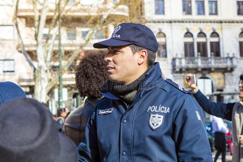 Αστυνομικός σε ομοιόμορφο σε ένα πλήθος της πομπής καρναβαλιού στοκ φωτογραφίες με δικαίωμα ελεύθερης χρήσης