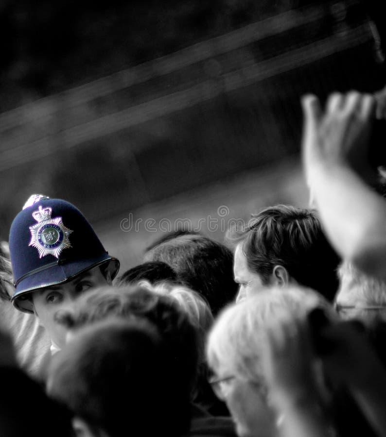 Αστυνομικός στα πλήθη στοκ φωτογραφία με δικαίωμα ελεύθερης χρήσης