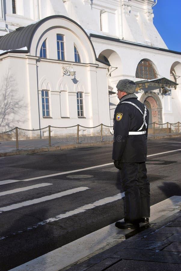 Αστυνομικός στη θέση από την εκκλησία αρχαγγέλων στη Μόσχα Κρεμλίνο Περιοχή παγκόσμιων κληρονομιών της ΟΥΝΕΣΚΟ στοκ φωτογραφία με δικαίωμα ελεύθερης χρήσης