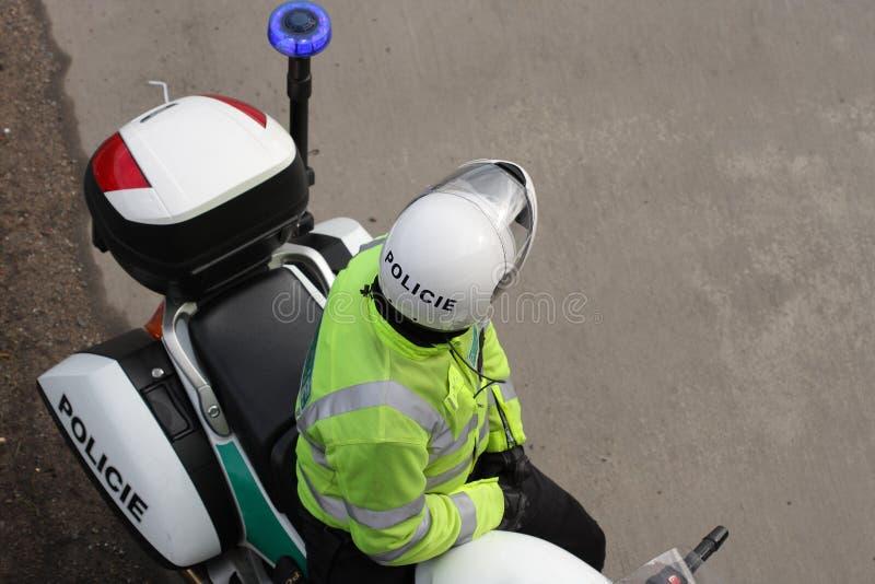 Αστυνομικός στη μοτοσικλέτα που στέκεται στην εθνική οδό στοκ εικόνα
