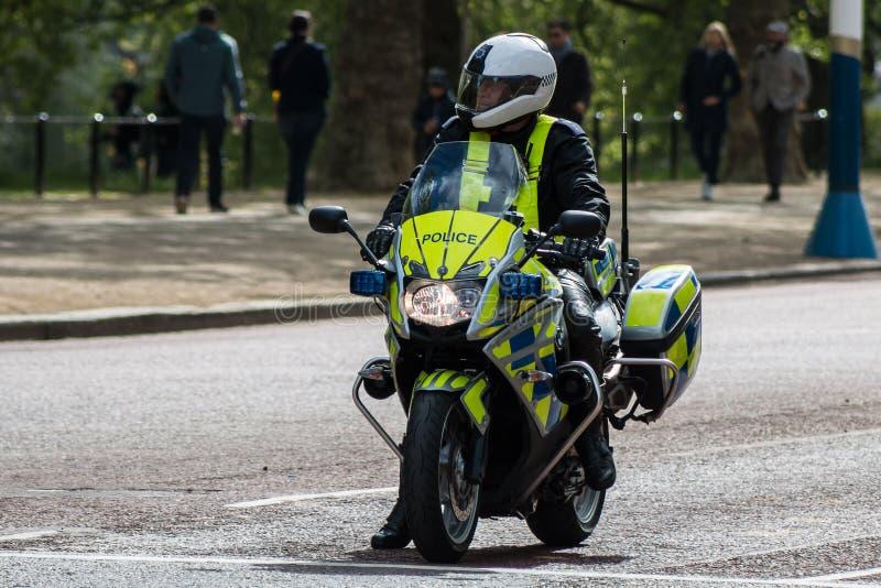 Αστυνομικός στη μοτοσικλέτα στο Λονδίνο στοκ φωτογραφία με δικαίωμα ελεύθερης χρήσης
