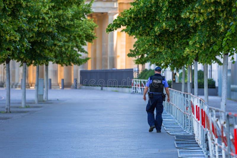 Αστυνομικός στη φρουρά στο κέντρο πόλεων του Βερολίνου, Γερμανία στοκ εικόνες