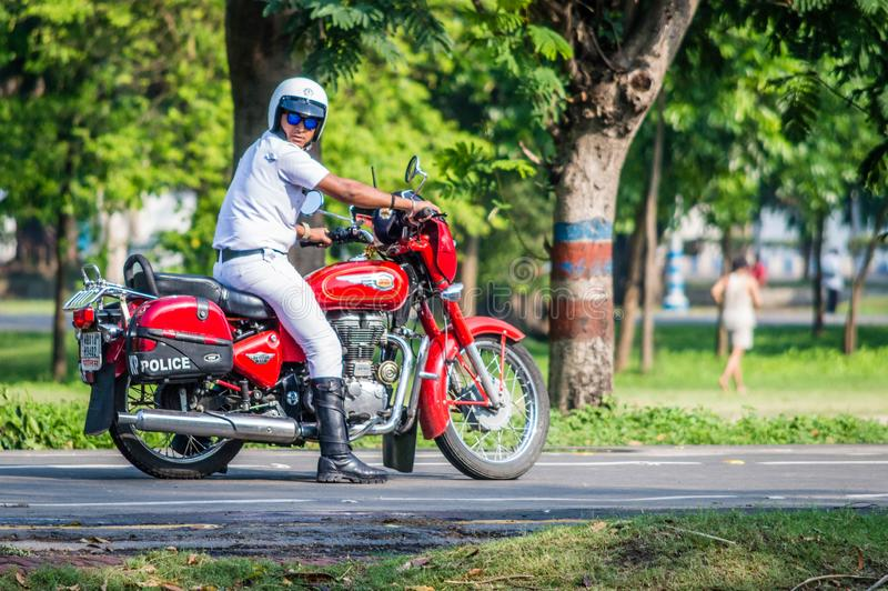 Αστυνομικός Kolkata που οδηγά μια μοτοσικλέτα στοκ εικόνες