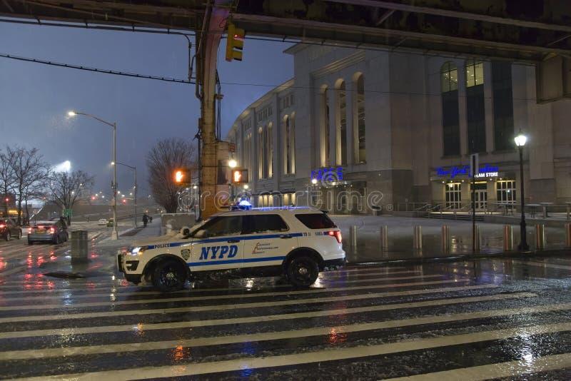 Αστυνομικό όχημα που σταθμεύουν κοντά στο στάδιο Αμερικανού στο Bronx Νέα Υόρκη στοκ φωτογραφία