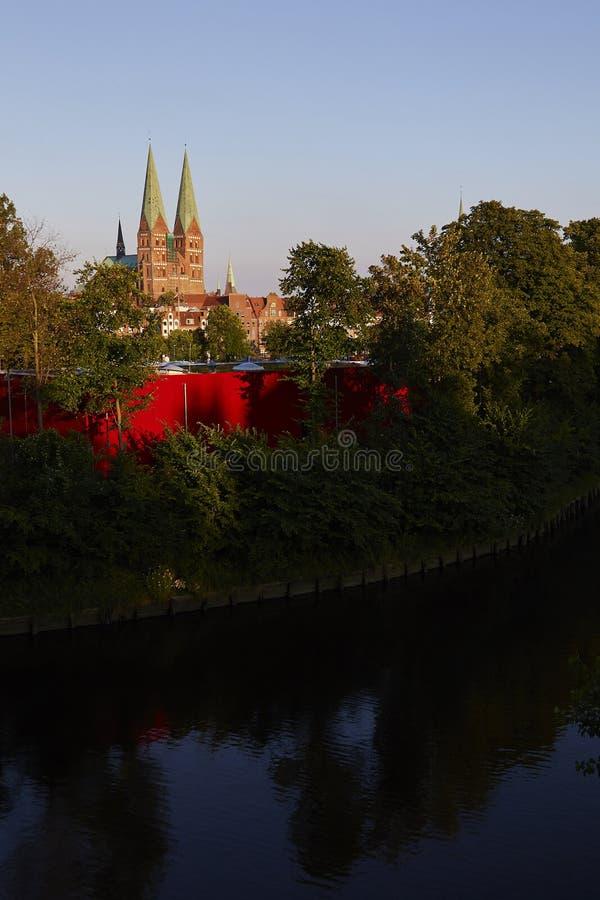 Ασυνήθιστη άποψη της εκκλησίας του ST Mary ` s στο BECK LÃ ¼ στοκ εικόνα