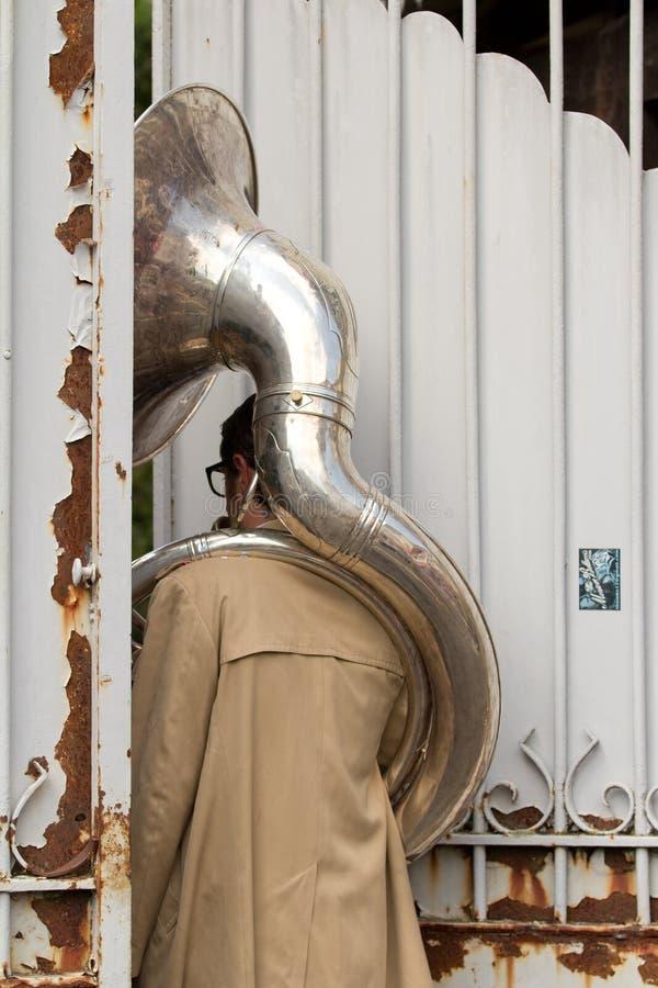 Ασυνήθιστη κατάσταση για έναν φορέα tuba. στοκ φωτογραφία με δικαίωμα ελεύθερης χρήσης
