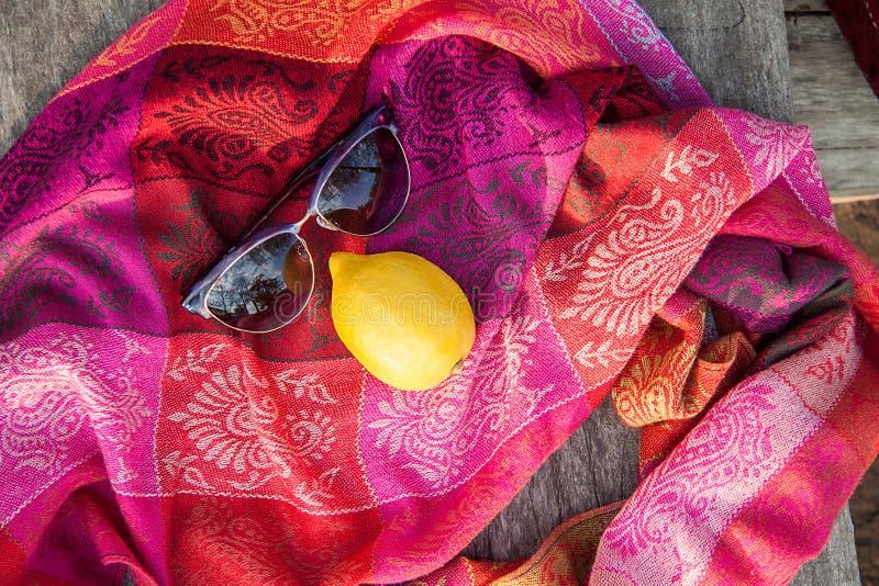 Ασυνήθιστη σύνθεση των γυαλιών ηλίου και του λεμονιού στοκ εικόνες