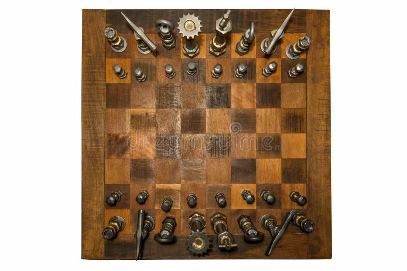 Ασυνήθιστος ξύλινος πίνακας σκακιού με τα σφυρηλατημένα κομμάτια σιδήρου που βλέπουν άνωθεν στοκ φωτογραφίες