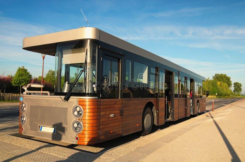Ασυνήθιστο λεωφορείο στο αβαείο Mont Άγιος Michele Στάση λεωφορείου Όμορφο πρωί άνοιξη Γαλλία Νορμανδία στοκ φωτογραφία με δικαίωμα ελεύθερης χρήσης