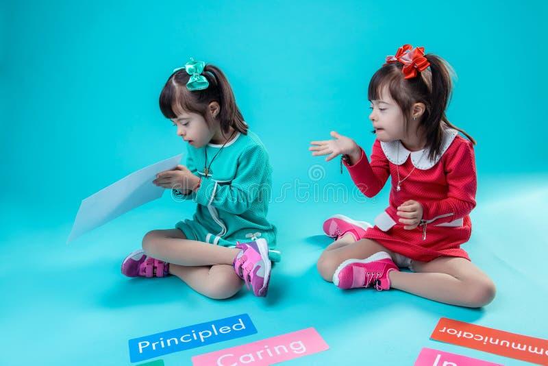Ασυνήθιστο μικρό κορίτσι με τα ζητήματα υγείας που έχουν τη διασκέδαση από κοινού στοκ φωτογραφίες