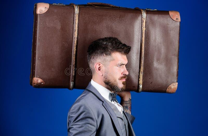 Ασφάλεια αποσκευών Ταξίδι και έννοια αποσκευών Το άτομο εκαλλώπισε καλά το γενειοφόρο hipster με τη μεγάλη βαλίτσα Πάρτε όλα τα π στοκ εικόνα με δικαίωμα ελεύθερης χρήσης