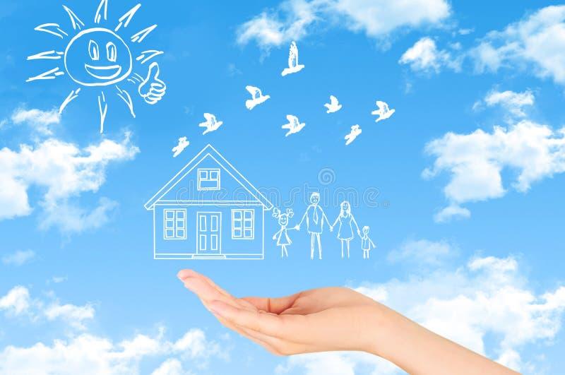 , Ασφάλεια οικογενειακής ζωής, που προστατεύει την οικογένεια, οικογενειακές έννοιες στοκ εικόνα με δικαίωμα ελεύθερης χρήσης