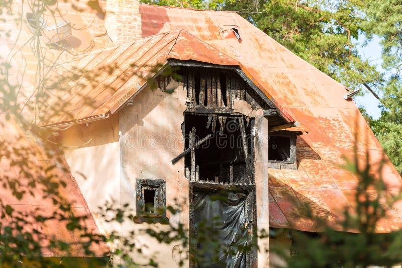 Ασφάλεια σπιτιών και έννοια ασφάλειας - σπίτι μετά από την πυρκαγιά στοκ εικόνες με δικαίωμα ελεύθερης χρήσης