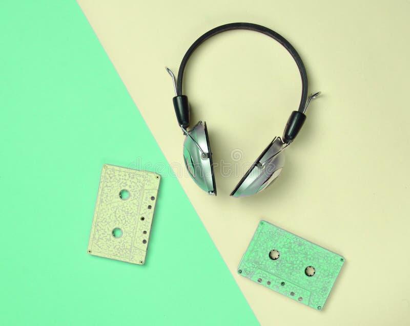 Ασύρματα ακουστικά και ακουστικές κασέτες σε έναν πολύχρωμο στοκ φωτογραφία με δικαίωμα ελεύθερης χρήσης