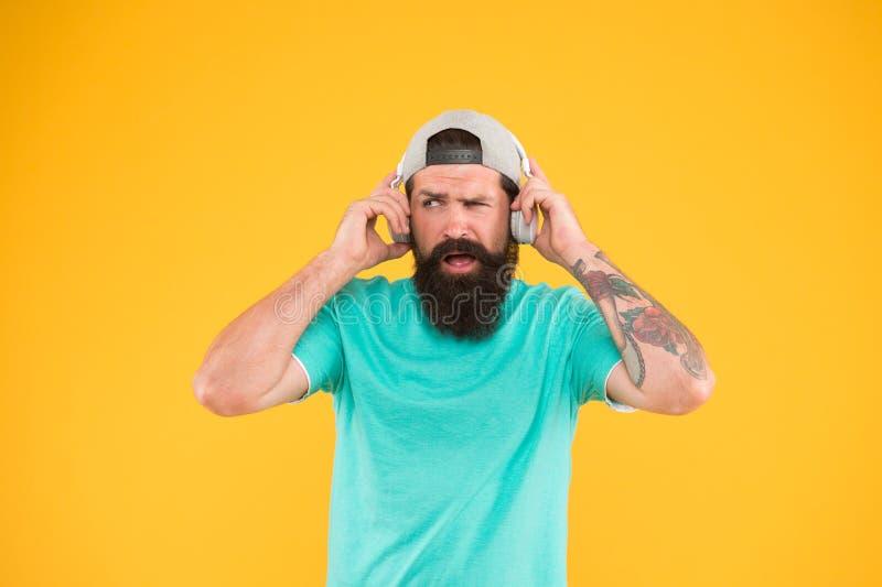Ασύρματα ακουστικά μουσικής ακούσματος ατόμων Συσκευή ακουστικών Hipster Ενθαρρυντικό τραγούδι Βιβλιοθήκη μουσικής Οπαδός μουσική στοκ εικόνες με δικαίωμα ελεύθερης χρήσης
