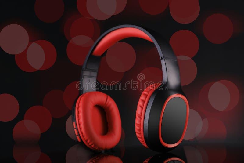 Ασύρματα ακουστικά Bluetooth - Μουσική με κόκκινο και μαύρο χρώμα στοκ εικόνες