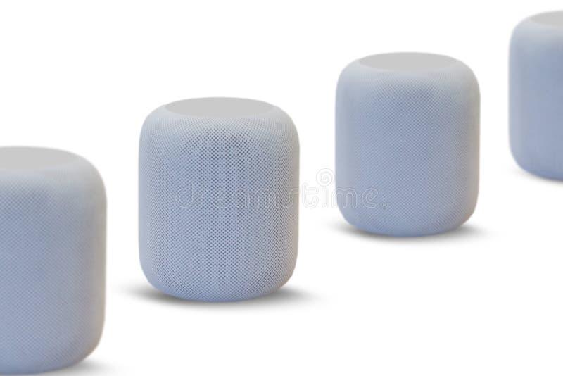 Ασύρματοι ομιλητές για το άκουσμα τη μουσική σε μια σειρά σε ένα άσπρο υπόβαθρο στοκ εικόνες