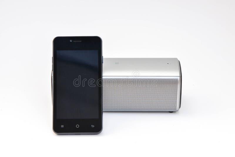 Ασύρματος ομιλητής που συνδέεται με το κινητό τηλέφωνο στοκ εικόνα με δικαίωμα ελεύθερης χρήσης