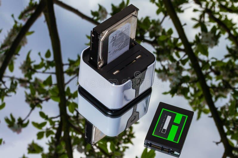 Ασύρματος δρομολογητής-ελλιμενίζοντας σταθμός και ssd στοκ φωτογραφίες με δικαίωμα ελεύθερης χρήσης