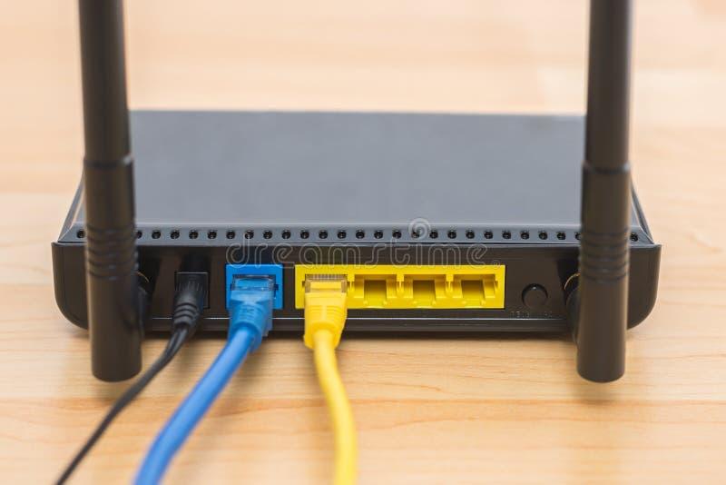 Ασύρματος δρομολογητής διαποδιαμορφωτών με τη σύνδεση καλωδίων στοκ φωτογραφία