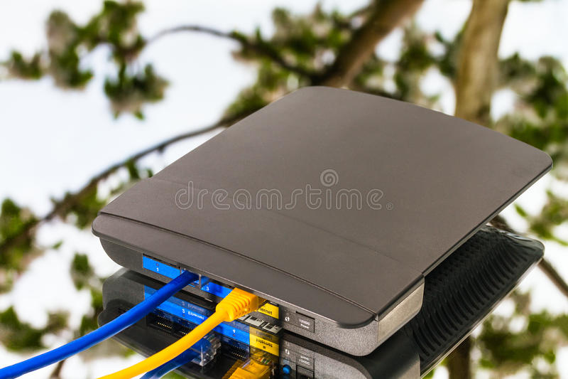 Ασύρματος δρομολογητής, κίτρινα και μπλε καλώδια ethernet στοκ φωτογραφίες με δικαίωμα ελεύθερης χρήσης