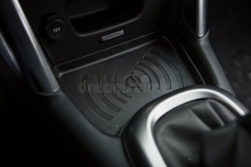 Ασύρματο μαξιλάρι τηλεφωνικών φορτιστών μέσα σε ένα αυτοκίνητο στοκ φωτογραφίες