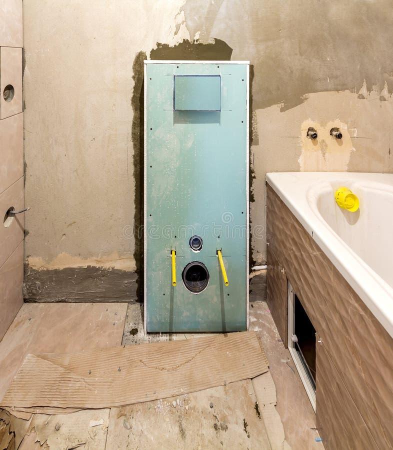 Ατελής αναδημιουργία του λουτρού ή της τουαλέτας τα κεραμικά κεραμίδια που εγκαθίστανται με στους τοίχους του ξηρού τοίχου, της θ στοκ εικόνες