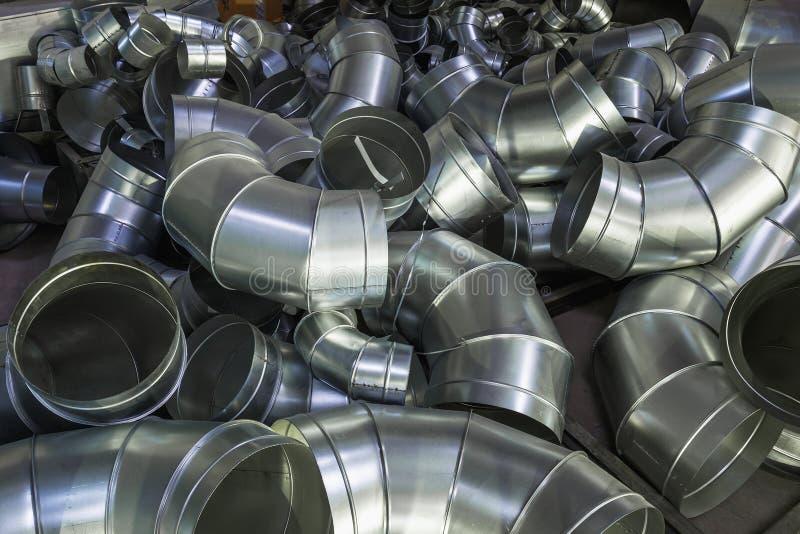 Ατελή μέρη για το βιομηχανικό σύστημα εξαερισμού ανοξείδωτου κατά τη διάρκεια της παραγωγής Σωλήνες μετάλλων, βιομηχανικό αφηρημέ στοκ εικόνα