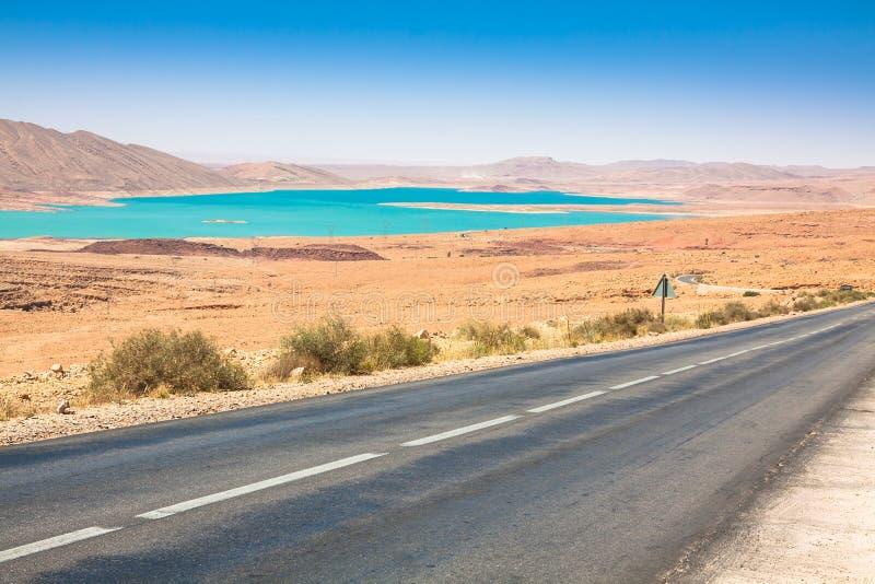 Ατελείωτος δρόμος στην έρημο Σαχάρας με το μπλε ουρανό, Μαρόκο Αφρική στοκ εικόνες με δικαίωμα ελεύθερης χρήσης