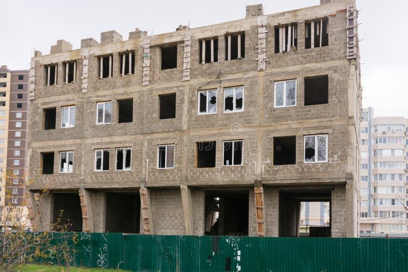 Ατελής οικοδόμηση ενός μικρού multi-storey κατοικημένου κτηρίου στοκ φωτογραφία