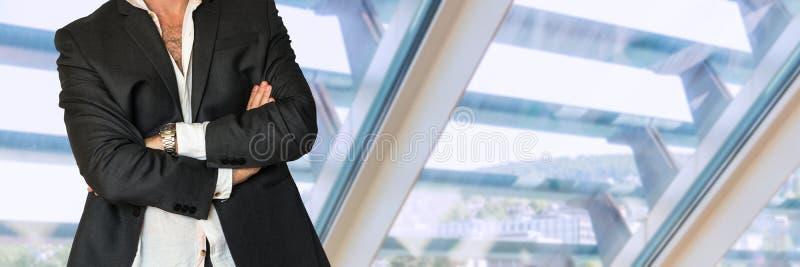Ατημέλητο άτομο στο επιχειρησιακό κοστούμι με τα διπλωμένα χέρια στοκ εικόνες