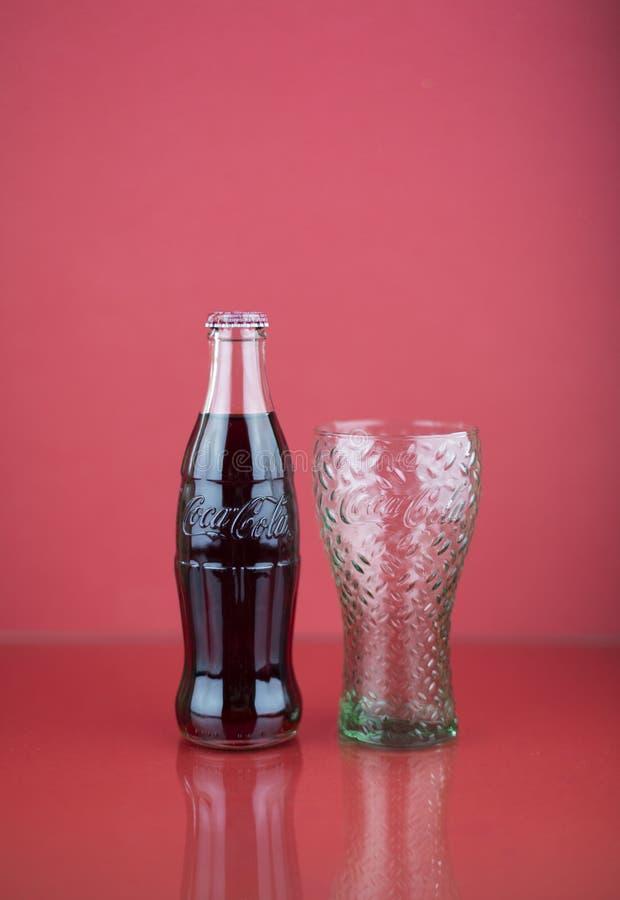 Ατλάντα, Γεωργία, ΗΠΑ - 22 Ιουλίου 2018: μπουκάλι περιγράμματος κόκα κόλα με το αποτυπωμένο σε ανάγλυφο λογότυπο από την Ιταλία σ στοκ φωτογραφίες