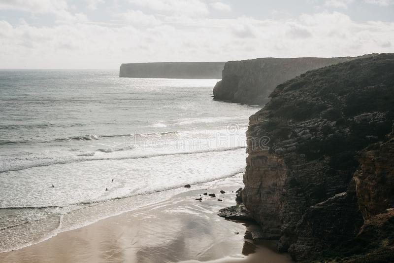 ατλαντική όμορφη ωκεάνια όψη της Πορτογαλίας Οι άνθρωποι κάνουν σερφ Ενεργός και ακραίος αθλητισμός σερφ στοκ εικόνα