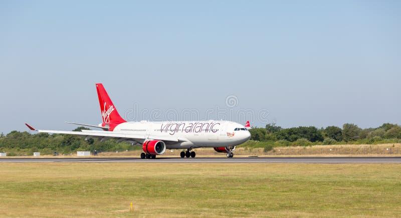 Ατλαντικό airbus A330-200 της Virgin αμέσως μετά από να αγγίξει κάτω στον αερολιμένα του Μάντσεστερ στοκ εικόνες