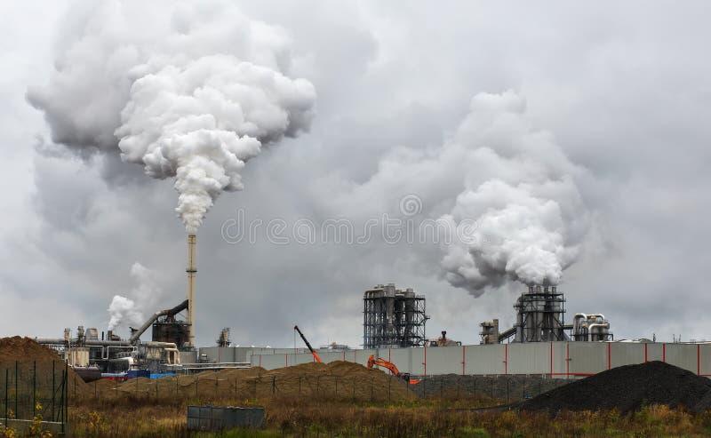 Ατμοσφαιρική ατμοσφαιρική ρύπανση από το βιομηχανικό καπνό στοκ εικόνες